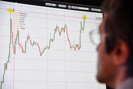Un operatore di un'agenzia di trading osserva i dati dello spread, archivio © ANSA
