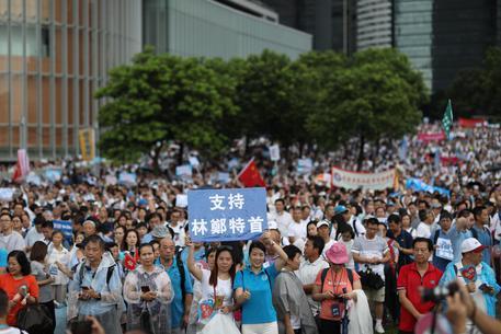 Hong Kong. Polizia usa gas e spara proiettili di gomma dimensione font +