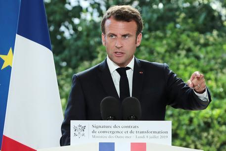 Clima, il governo francese annuncia l'ecotassa sui biglietti aerei
