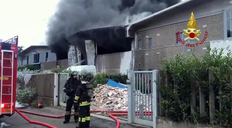 Le fiamme nell'azienda di rifiuti © ANSA