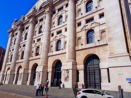 Borsa Milano guida Europa, giù Moncler