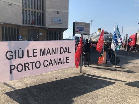 Porto Cagliari: sit in lavoratori