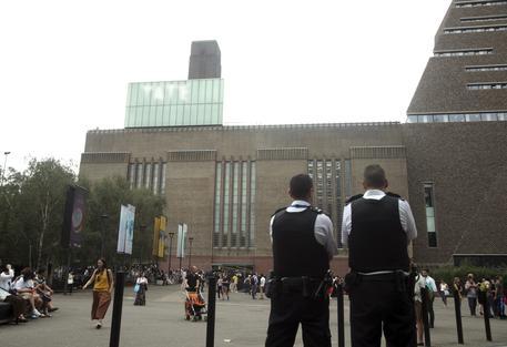 Bambino gettato da tetto a Londra, arrestato un 17enne