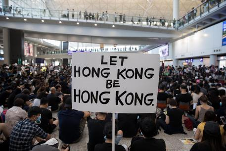 Proteste: cancellati tutti i voli da e per l'aeroporto di Hong Kong