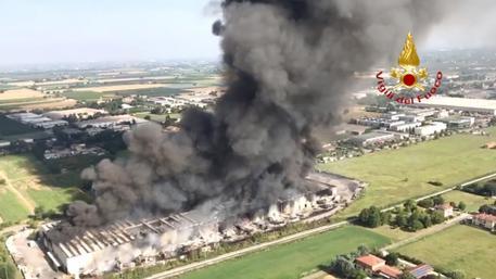 Maxi incendio in magazzino nel Ravennate alte colonne fumo