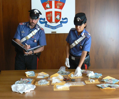 Minimarket droga in casa, due arresti