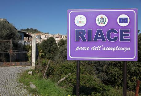Uno dei vecchi cartelli a Riace (Reggio Calabria), quando era sindaco Lucano © ANSA