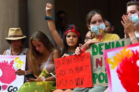 Ragazzi durante una manifestazione a Sidney © EPA