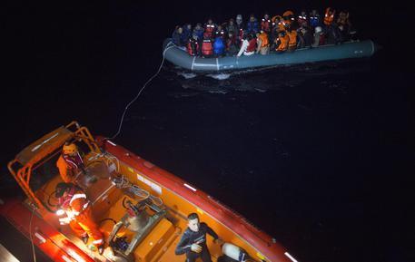 Barca di migranti affonda nel mar Egeo, oltre dieci le vittime
