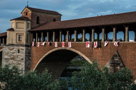 Auto nel fiume in centro a Pavia - Lombardia - ANSA.it