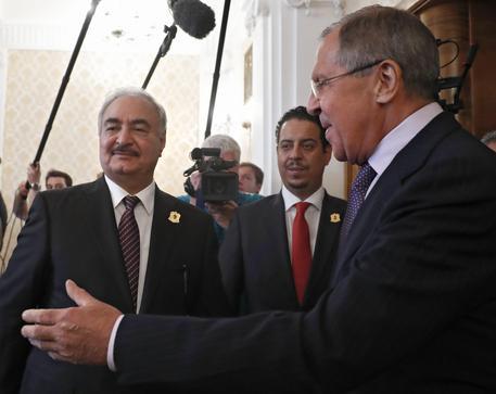 Il ministro deggli Esteri russo (d) e il generale Khalifa Haftar a Mosca © EPA