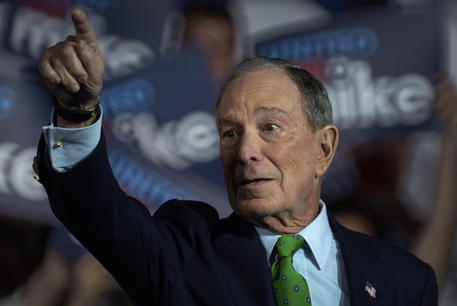 Presidenziali USA, Mike Bloomberg attaccato durante dibattito TV