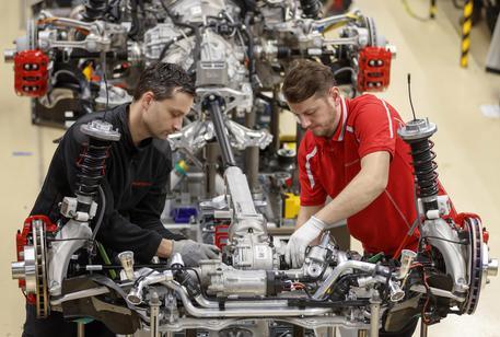 Lavoratori in fabbrica © ANSA