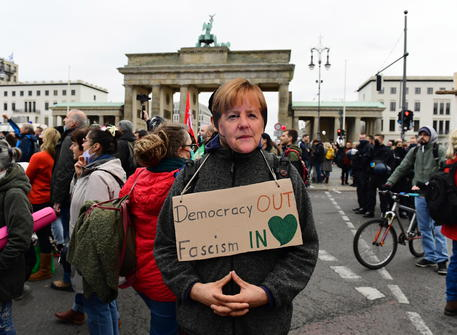I negazionisti provocano incidenti a Berlino: la polizia usa gli idranti