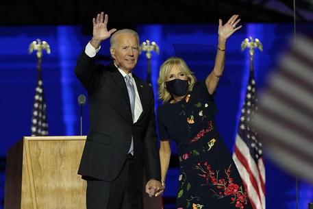 Joe Biden: сhiedo agli statunitensi indossare mascherina 100 giorni soltanto
