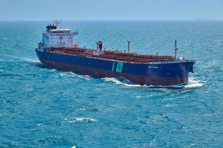 Petroliera colpita da un ordigno al largo di Gedda