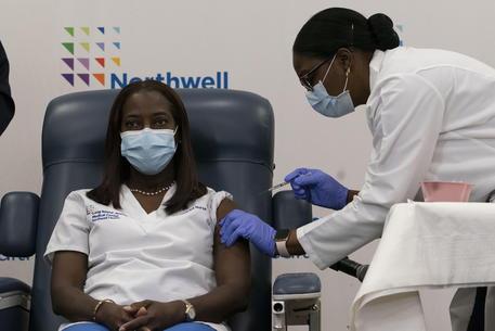 Prima vaccinata negli Usa, è un'infermiera: le immagini in diretta