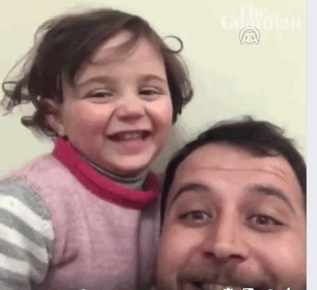 Siria, la bimba che ride sotto le bombe:
