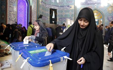 Iran, seggi aperti tra le polemiche