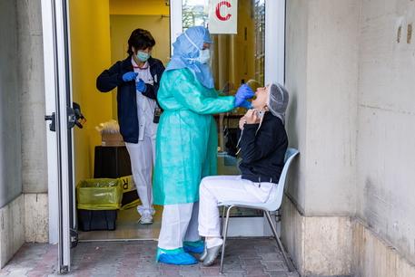 Coronavirus, gli aggiornamenti: trend ricoveri in discesa, ma aumentano i decessi, +541