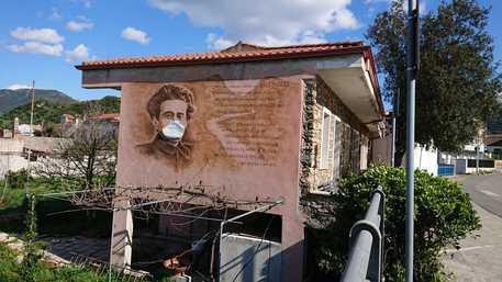 Murales di Gramsci con la mascherina © ANSA