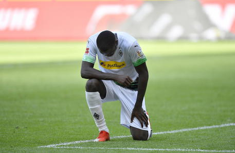 Bundesliga, Thuram jr segna ed esulta in ginocchio: