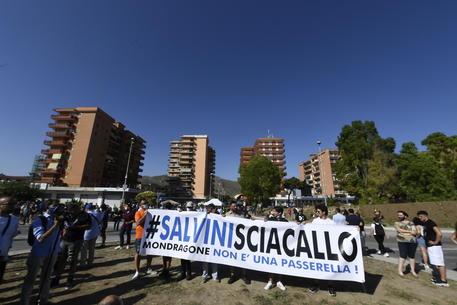 Un gruppo di contestatori mostrano uno striscione 'Salvini Sciacallo' nella zona rossa di Mondragone  (Caserta) © ANSA