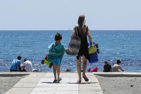 Prenotazioni online e distanziamento in acqua: ecco come comportarsi in spiaggia