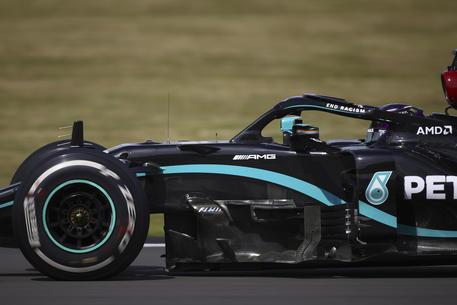 Hamilton vince su tre ruote, lo stupore di Leclerc: