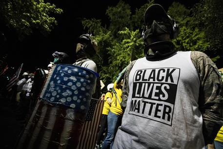 Usa, scontri nella notte a Portland: un morto