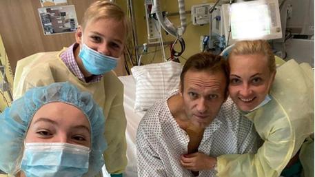 Instagram mostra l'oppositore russo circondato dalla famiglia in ospedale a Berlino dove è ricoverato per avvelenamento
