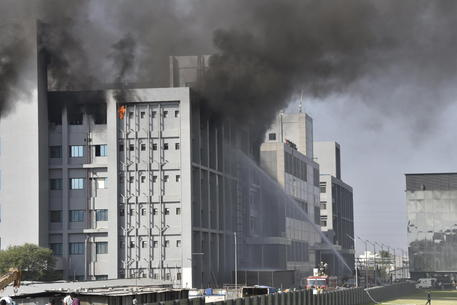 Scoppia incendio nella fabbrica di vaccini AstraZeneca: 5 decessi