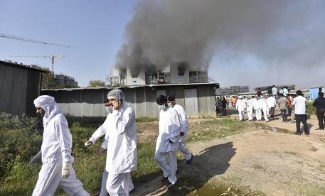 India: incendio nella fabbrica vaccini AstraZeneca, 5 morti