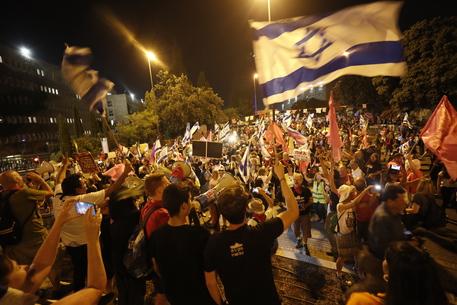 Israele: migliaia di persone festeggiano in piazza Rabin per un nuovo governo thumbnail