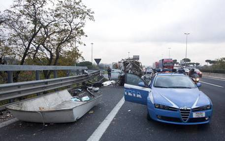 Auto contro guard rail, due morti