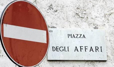 Borsa Milano ancora in calo, male banche