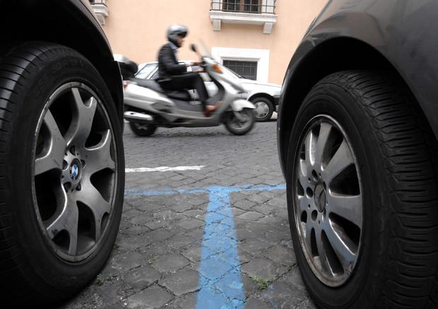 A Milano la sosta si può pagare anche con sms © ANSA