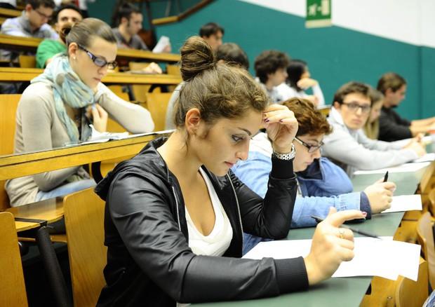 Tutto il giorno a studiare? Sette esercizi da fare alla scrivania per un fisico da urlo