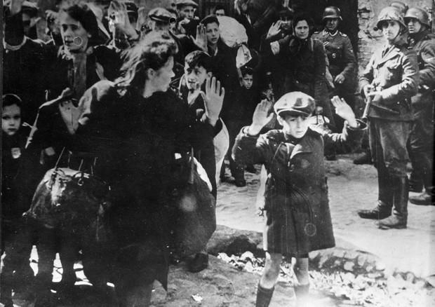 Popolazione ebraica perseguitata dai nazisti a Varsavia © ANSA
