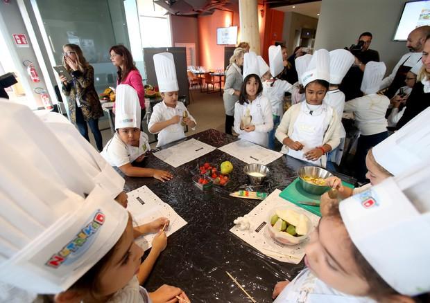 Bimbi che cucinano mangiano meglio giovani news - Bambine che cucinano ...