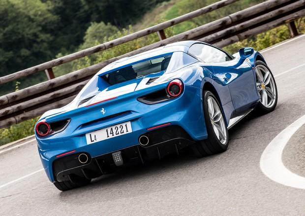 Ferrari alza outlook per il 2016, titolo in rally