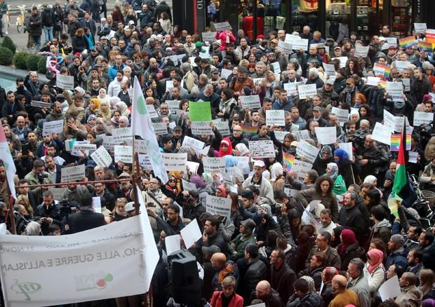 Centinaia di islamici in piazza a Milano