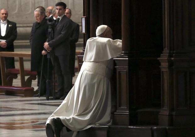 Il Papa si confessa durante la celebrazione penitenziale (ANSA)