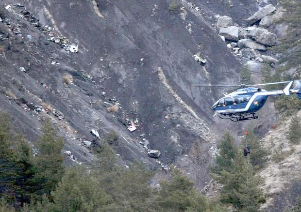 Ricerca sul luogo dello schianto dell'airbus Germanwings (ANSA)