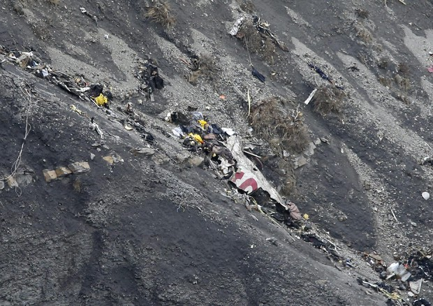 Uno dei rottami dell'Airbus della Germanwings, sul luogo del disastro aereo (ANSA)