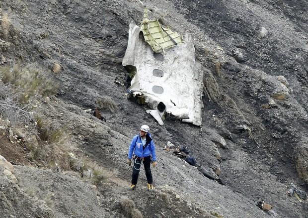La ricerca dei corpi tra i rottami dell'Airbus della Germanwings, sul luogo del disastro aereo (ANSA)