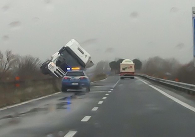 Un camion ribaltato dal forte vento sulla E45 in Umbria (ANSA)