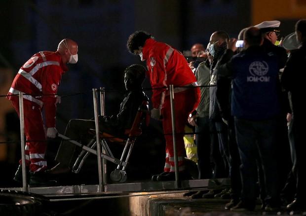 Arrivo nel porto di Catania dei 27 sopravvissuti al naufragio (ANSA)