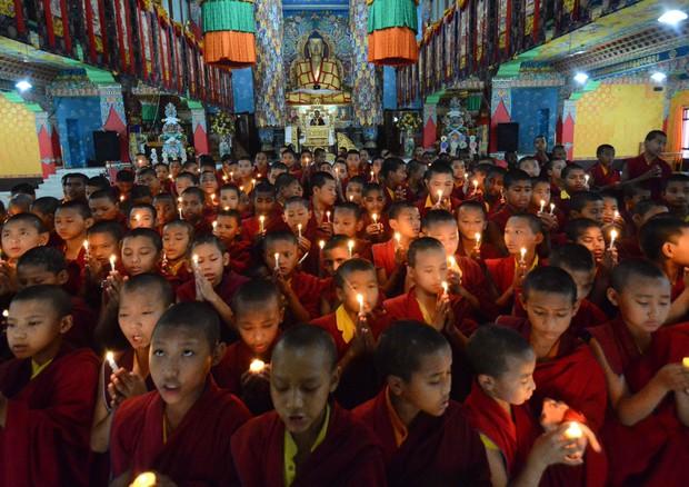 La preghiera dei monaci buddisti (ANSA)