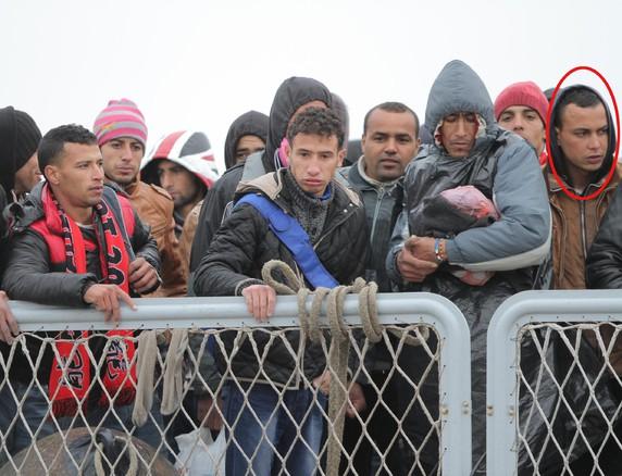 Il giovane marocchino  Abdelmajid Touil (cerchiato a destra) ripreso dall'ANSA tra i migranti a Porto Empedocle il 17 febbraio 2015. Foto di Pasquale Claudio Montana Lampo (ANSA)